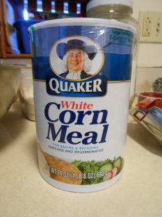 QUAKER'S WHITE CORN MEAL